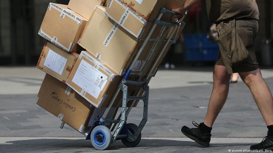 Deutschland Arbeitsmarkt Paketbote (picture-alliance/dpa/O. Berg)