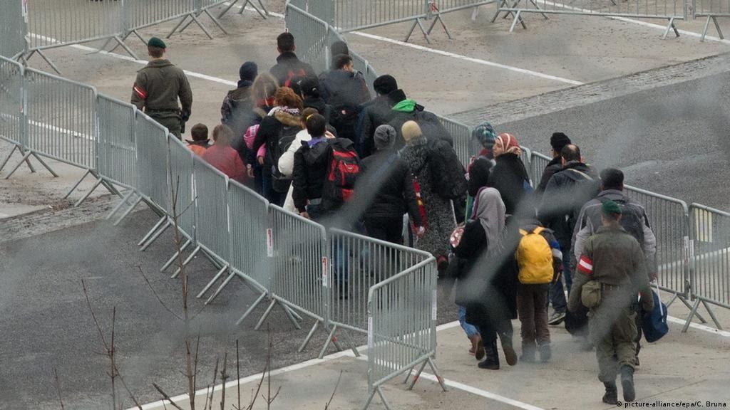 Österreich Auffanglager für Flüchtlinge (picture-alliance/epa/C. Bruna)